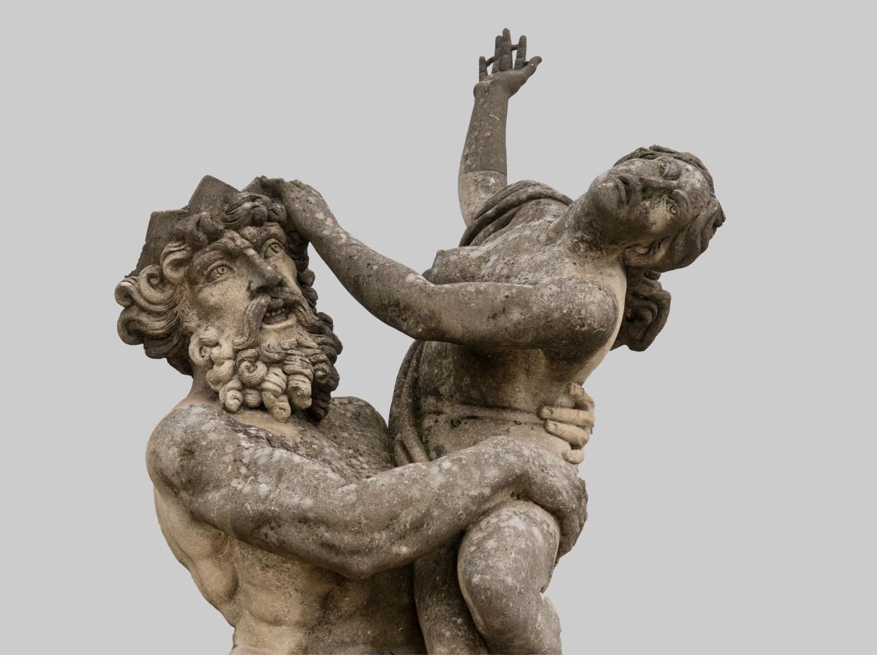 Statua in pietra con base
